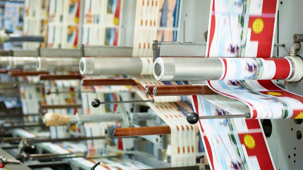 Werbung wird in einer Maschine zusammengefügt zu einer Broschüre